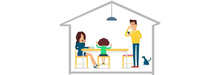 Familie sitzt zu Hause am Küchentisch