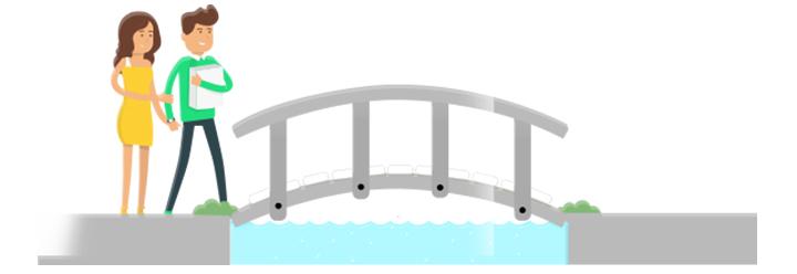 Junges Paar geht gemeinsam über Brücke
